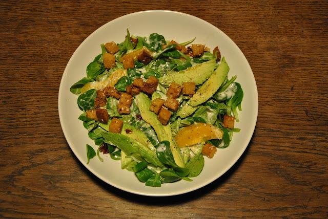 Wintersalat mit Avocado, Orangen und gebratenem Seitan