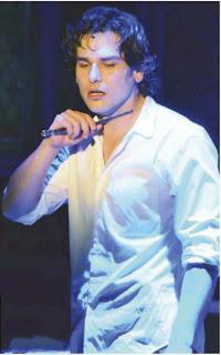 Alan Estrada Enseña Sus Gluteos En Teatro