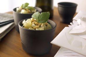 Insalata di melone con formaggio feta, basilico e pinoli