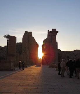 معبد الكرنك نهاراً - عند شروق الشمس