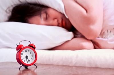 النوم هو حقا علاج جيد لبشرتك. أثناء النوم، يتم طرح الخلايا الجافة والميتة من الجسم وتنمو الخلايا الجديدة. والنوم الجيد أيضا يقوي جهاز المناعة. لذلك؛ يجب أن تحصل على ما لا يقل عن 8-9 ساعات من النوم يوميا