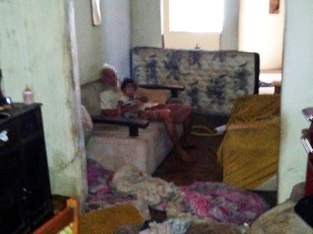 Criança foi encontrada em meio a sujeira em residência em Ilhéus, nesta segunda (Foto: Polícia Civil)