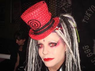 Garota fantasiada para festa das bruxas com lentes de contato vermelhas
