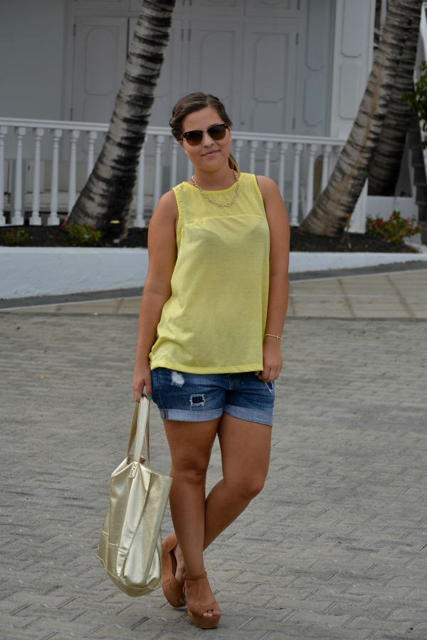camiseta_amarilla_pull_and_bear_rayban_complementos_dorados_cuñas_cómodas_Blanco_nudelolablog_04
