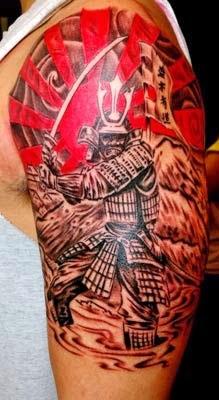 tatuagem samurai no braço e ombros grande