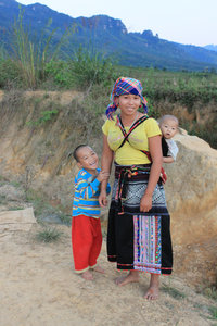A Lừ ethnic minority girl & her children in Pa Há