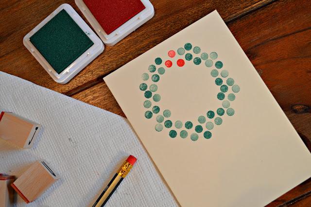 Weihnachtskarte mit Kranz in rot und grün