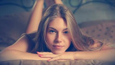 كيفية التعامل مع الفتاة المراهقة داخل الاسرة,بنت شقراء جميلة نائمة على سرير,blonde girl beautiful sleeping on bed hands on chen