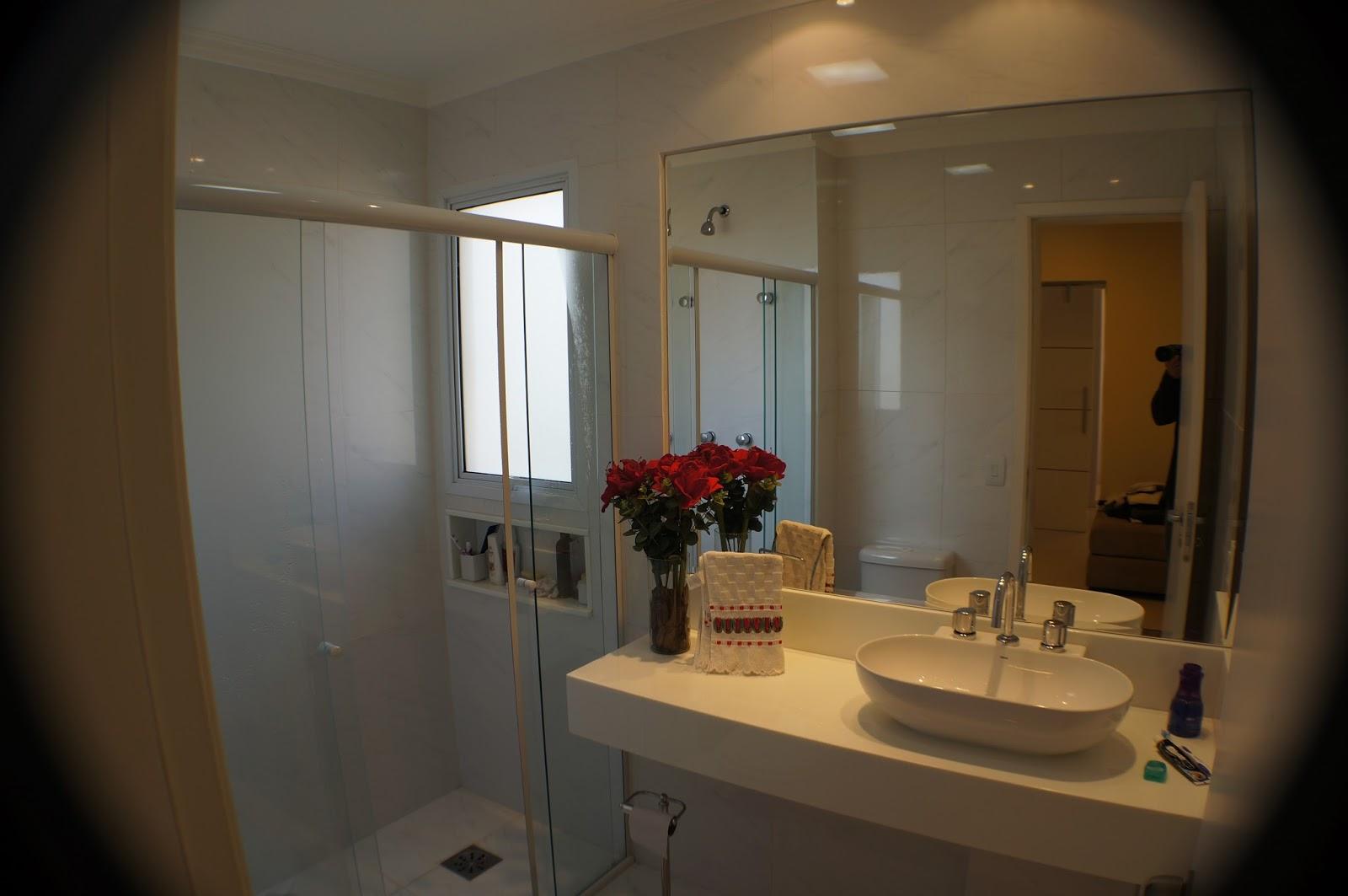 . Banheiro com bancada em marmoglass cuba de apoio e metais deca #9C742F 1600x1063 Bancada Banheiro Marmoglass