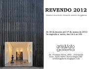 Ao fundo, tela de Julio Ghiorzi que participa da mostra que a galeria .
