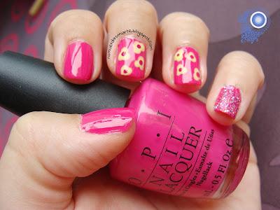 Mani en rosa con flores amarillas