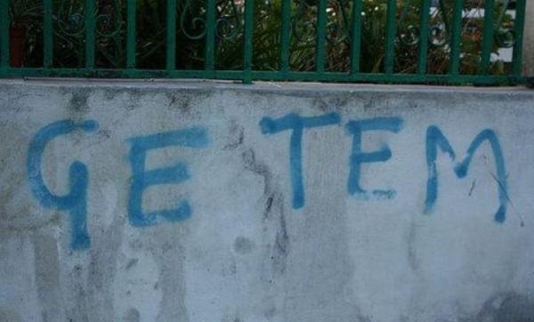 Annunci assurdi e scritte sui muri  Scritte-damore-senza-grammatica-foto-divertenti