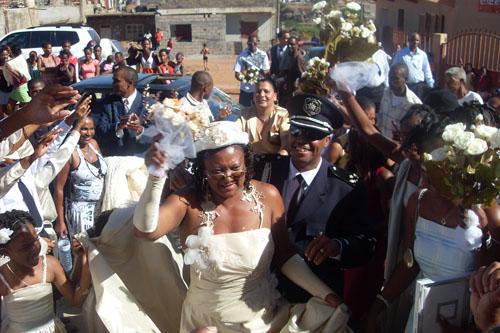 Recepção dos noivos.São recebidos com abenção dos familiares
