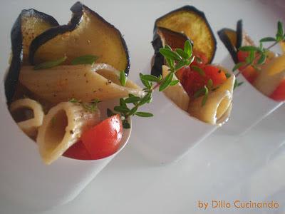 Insalata di pasta, melanzane, pomodorini e santoreggia