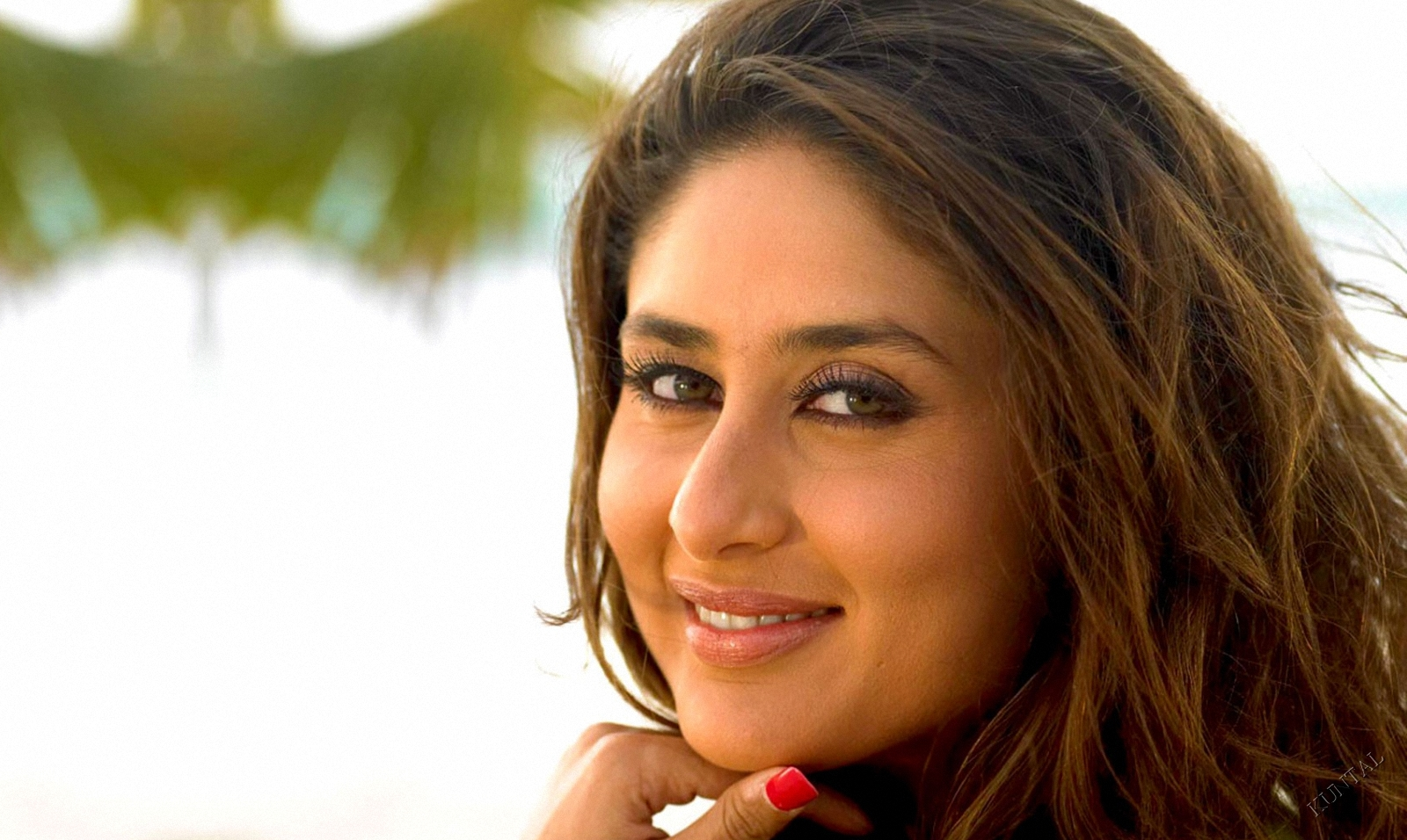 http://2.bp.blogspot.com/-PcC_89V83B0/TqJpjnuPVRI/AAAAAAAABgY/LohRbGIQUaU/s1600/Bollywood+Actress+Kareena+Kapoor+hd+Wallpapers+in+Bikini-15.jpg