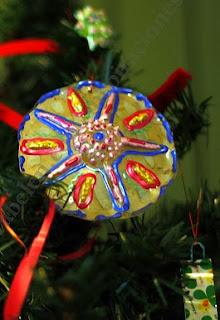 http://clarabelen.com/inspiraciones/172/adorno-de-navidad-con-materiales-reciclables-como-las-botellas-de-plastico/