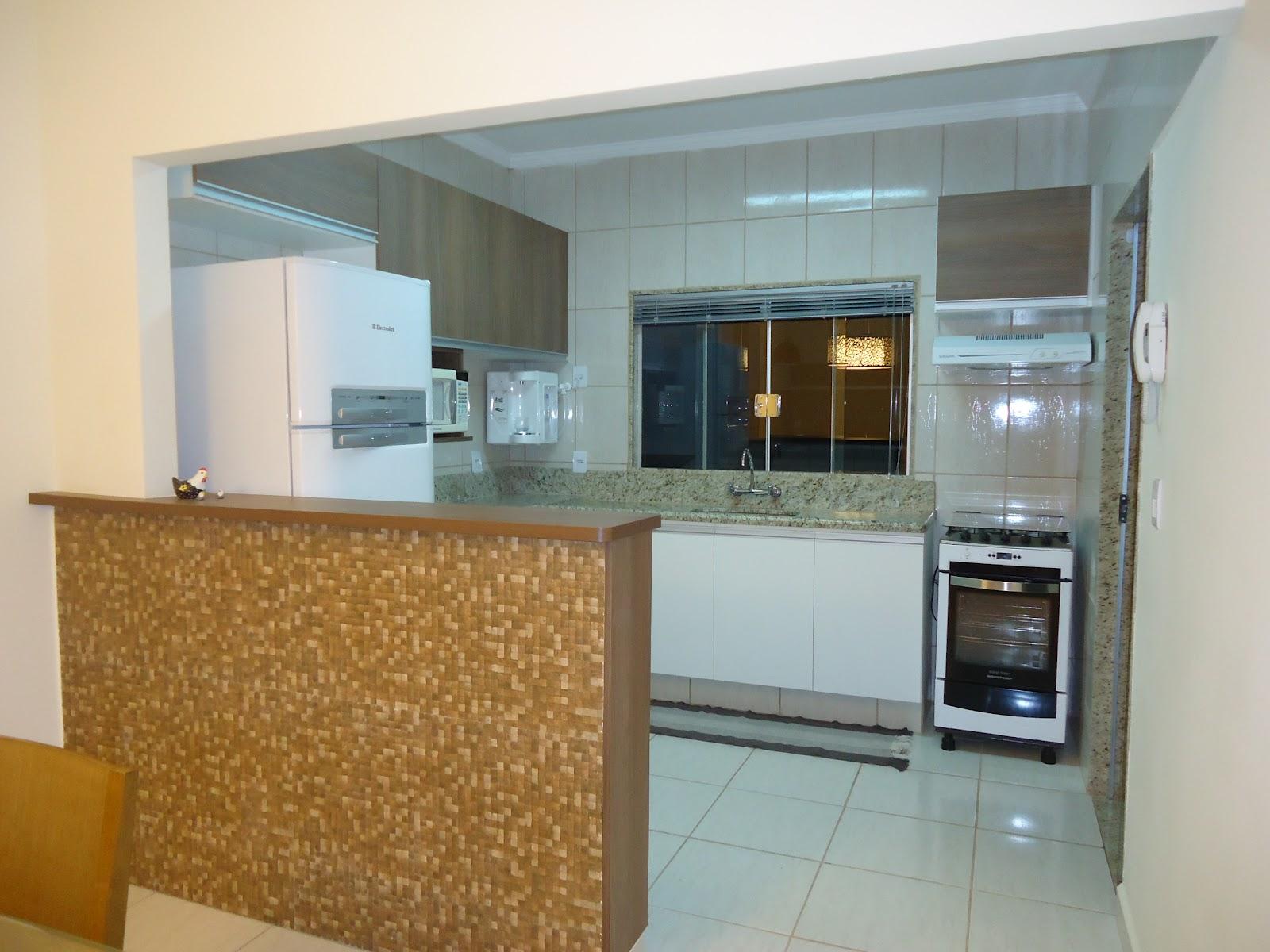 sala de jantar e a cozinha são separadas por um balcão de apoio  #754F1F 1600 1200