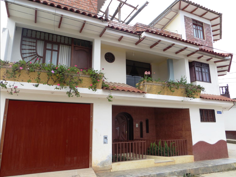 Fachadas de casas bonitas linda casa de tres pisos en esquina for Pisos para casa