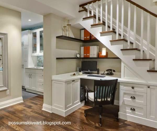 Mueble y espacio funcional bajo escalera de madera interior