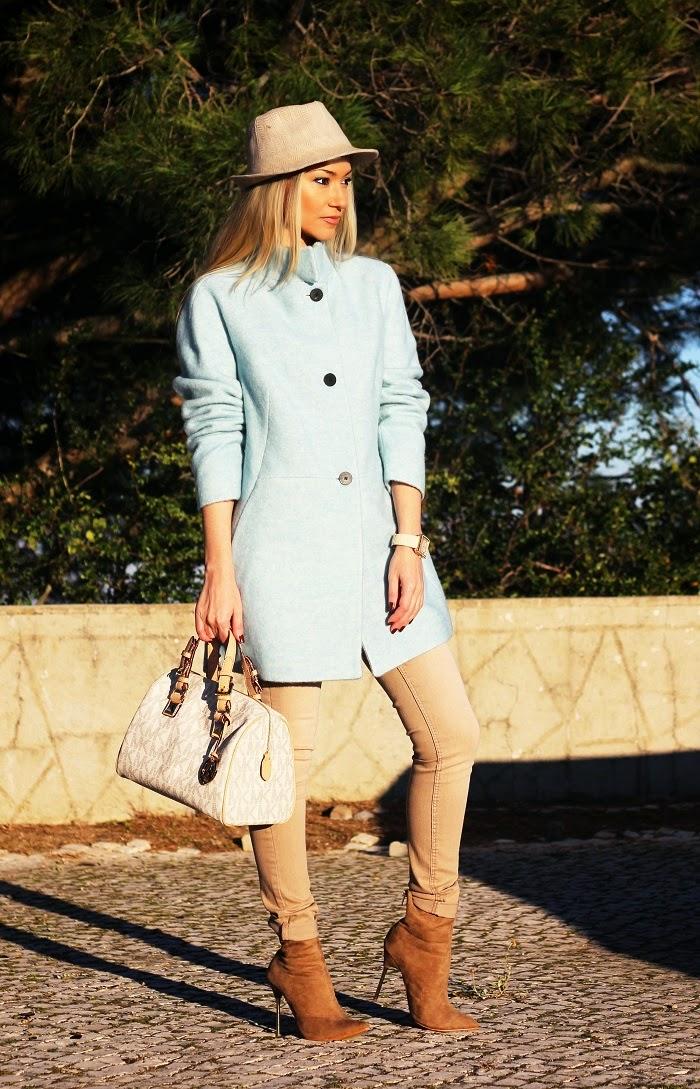 Novo Look do dia/Outfit com a grande tendência da estação: cores pastel. Femininas e elegantes. Azuis e beges. Dicas de Moda e Imagem. Blog de Moda Style Statement. Outono/Inverno. Pastel blue coat. Casaco azul pastel. Carteira MK Michael Kors.