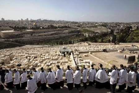 Membros da Igreja Católica participam na procissão em Jerusalém