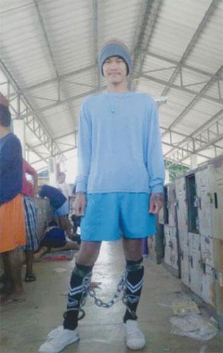 Mawin memuat naik fotonya dengan kaki bergari di laman sosial.