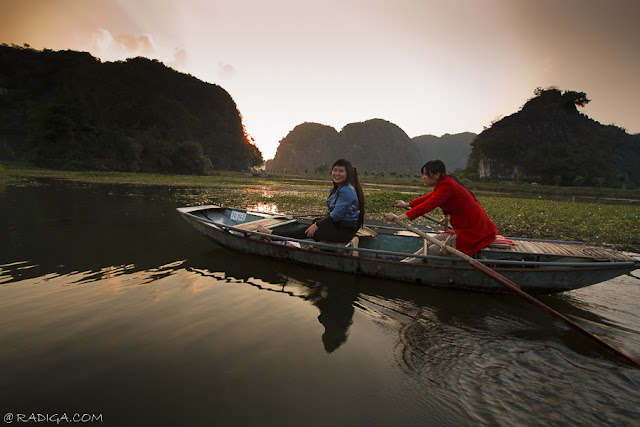 Chica Vietnamita remando en barco