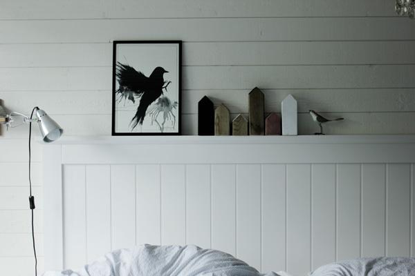 trähus i inredningen, inredningsdetaljer trä, diy inredining, diy trähus, svarta hus, vita hus, kopparspray hus, sovrum i vitt, tavla med svart fågel, artprints svartvitt, vit trägavel, vit säng, sovrum inspiration