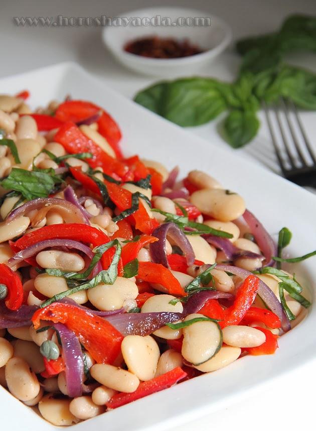 Тёплый салат с белой фасолью и сладким перцем