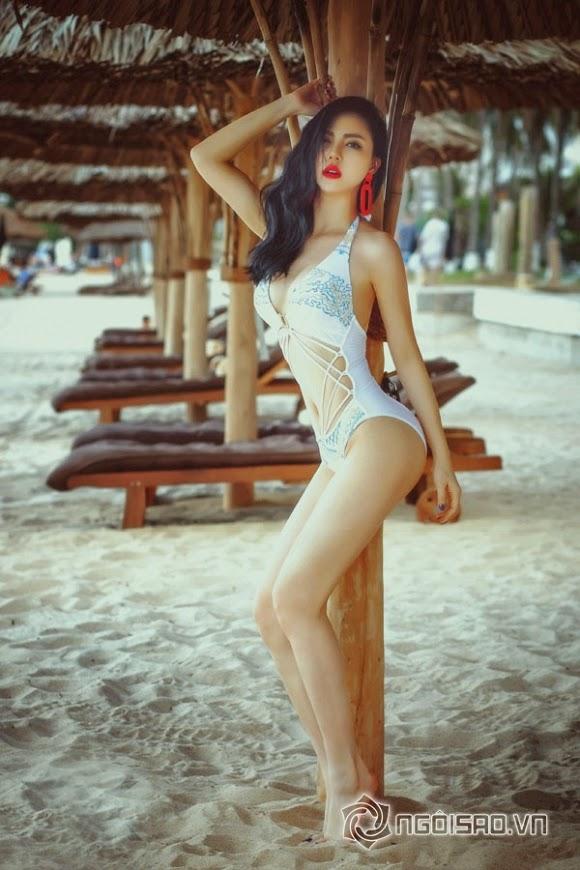 Trà Giang bốc lửa trên bãi biển