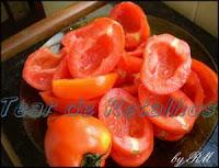 Tomates cortados ao meio, sem semente, para fazer tomates secos no forno de microondas