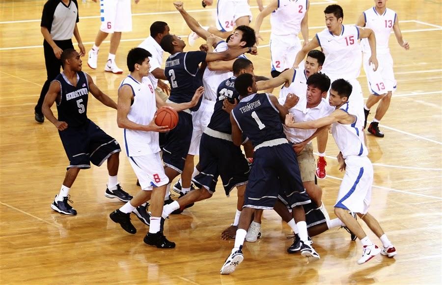 Игроки из американского Джорджтаунского университета и баскетбольной команды Байи из Китая утроили драку во время товарищеского матча в Пекине.