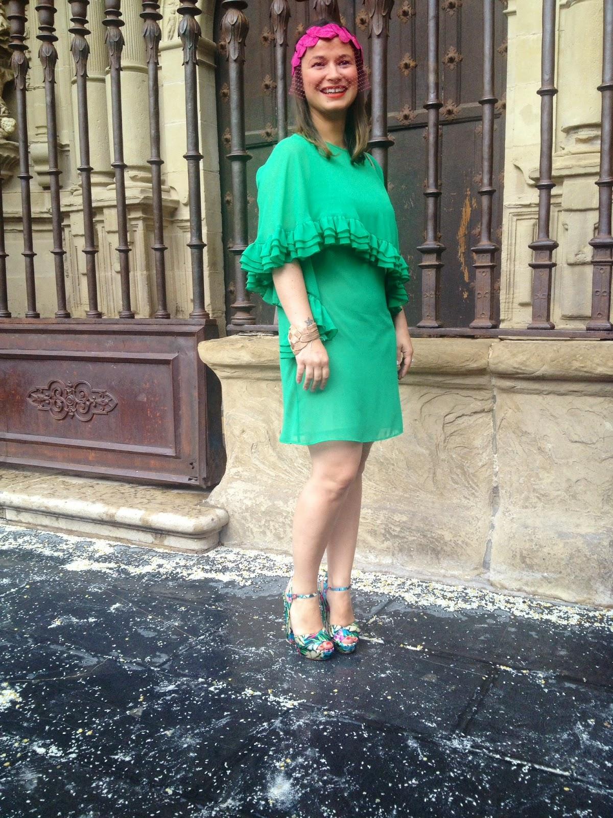 Tocados para pelo corto y vestido verde