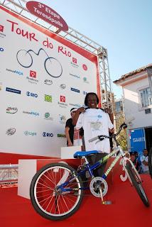 Entre os contemplados com as bicicletas sorteadas, a professora Adélia Ribeiro