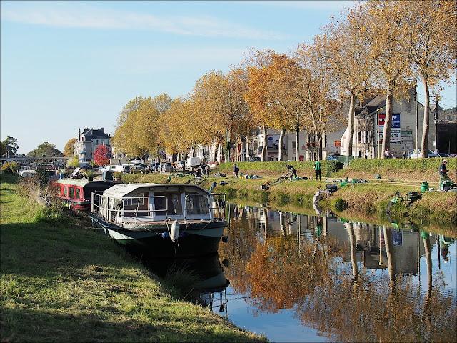 Le canal était ponctué de pêcheurs outillés et attentifs