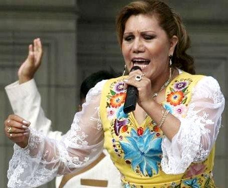 Alicia Delgado cantando