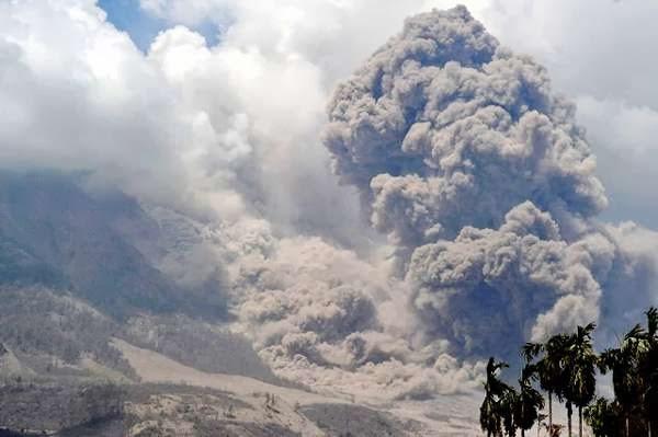 Foto-Foto Gunung Sinabung Muntahkan Awan Panas