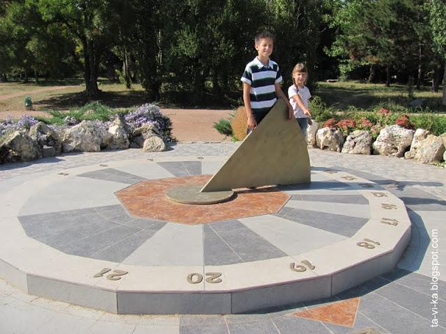 Солнечные часы в Ботаническом саду ТНУ