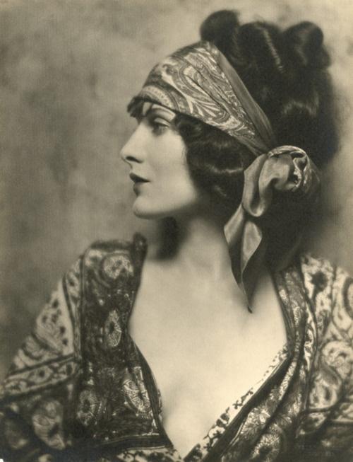 1920s Gypsy Style #vintage #gypsy #1920s #style #fashion #scarf