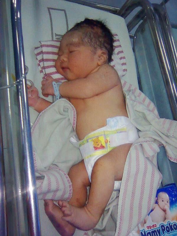 Foto bayi lucu baru lahir ke dunia gambar gratis