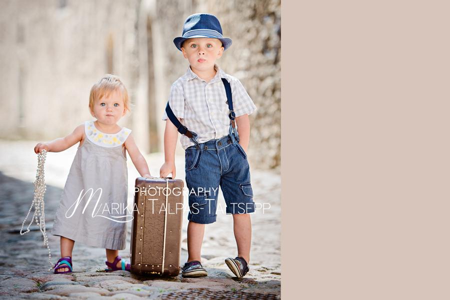 õde ja vend vanalinnas-pildistamas