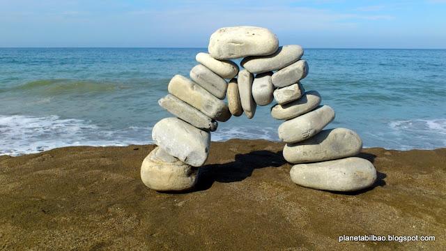 Planeta Bilbao, piedras en equilibrio, puente, land art, stone balancing