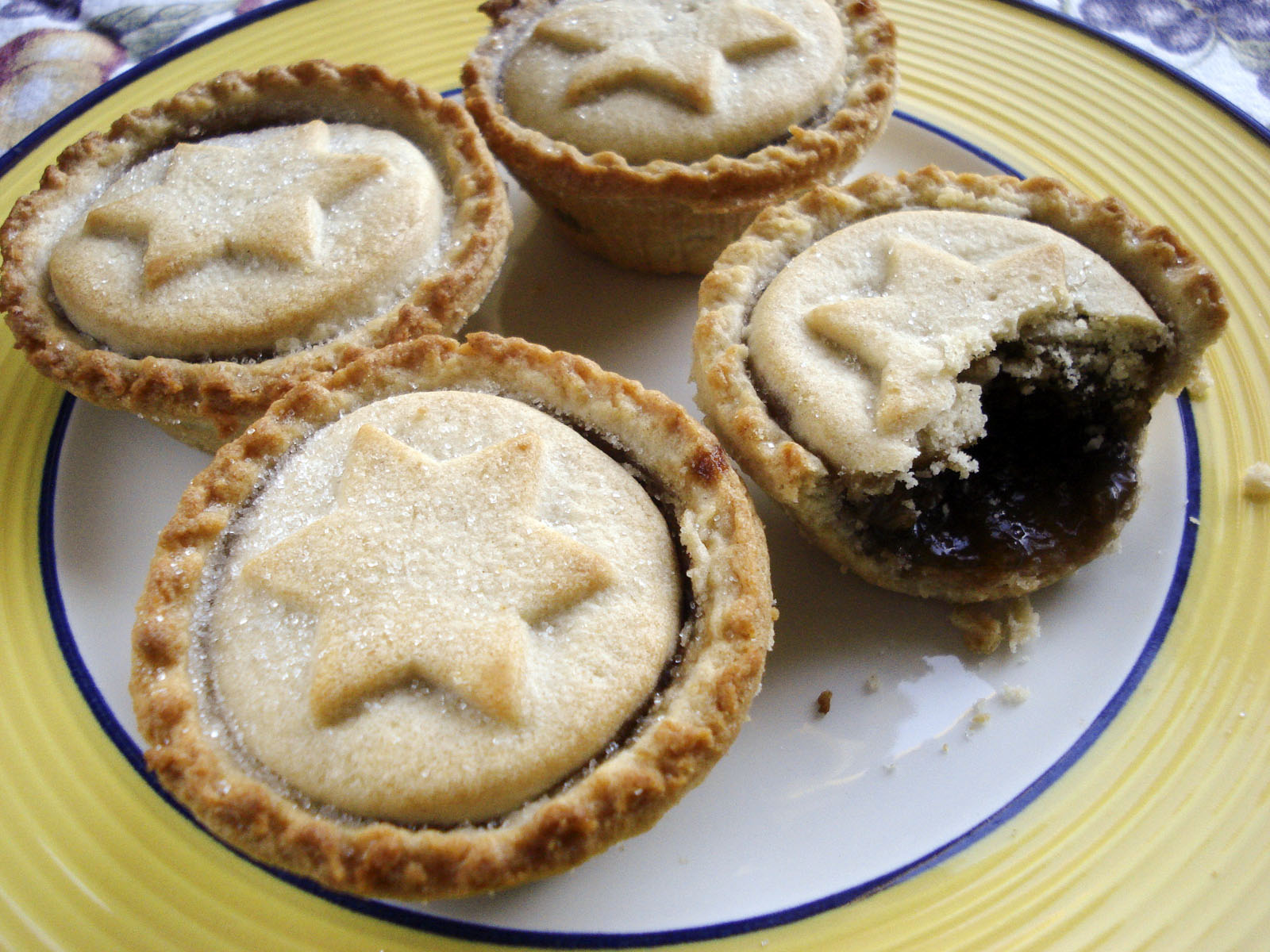 mince pies strangely as it may sound mince pies are sweet pies and in ...