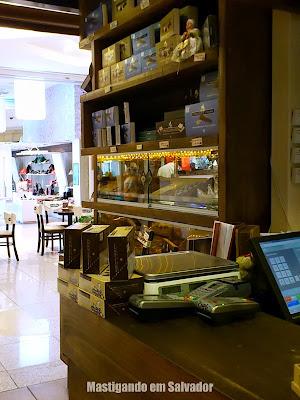 Abuela Goye: Prateleiras com produtos da loja do Salvador Shopping