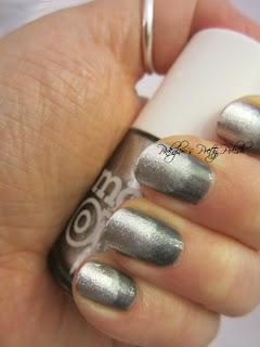 Silver-sparkle-sponge-nails-4