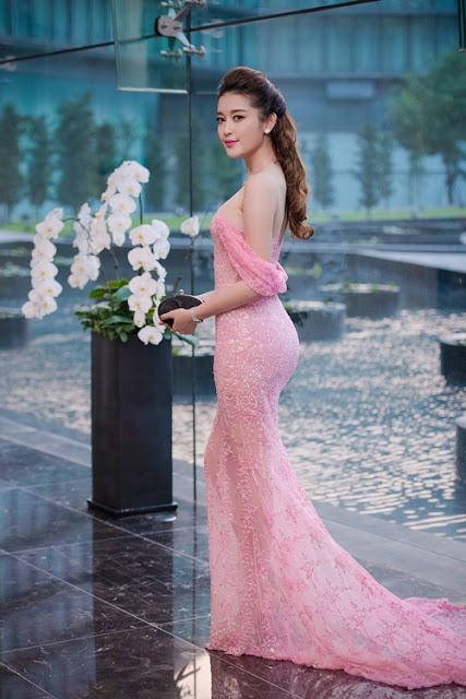 Cô chọn đầm dài quét sàn của nhà thiết kế Lê Thanh Hòa để khoe vẻ nữ tính. Màu hồng đào phớt nhẹ giúp chủ nhân tôn lên nước da sáng.