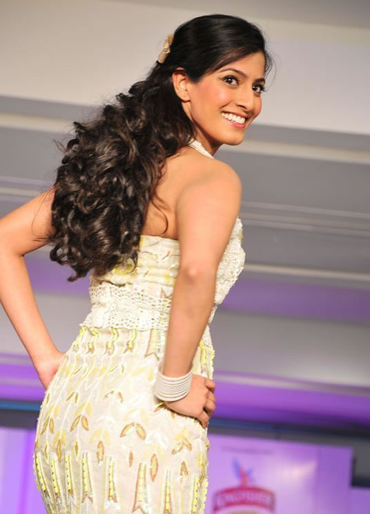Photos Varalakshmi Sarathkumar Latest StillsPics hot images