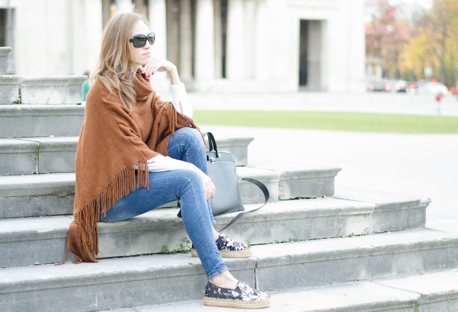 kristjaana mere brown cape poncho blue skinny jeans chic fall outfit idea