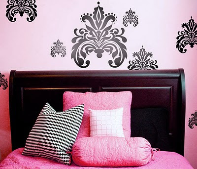 Luxury damask wallpaper design for your bedroom decorating for Damask wallpaper bedroom ideas