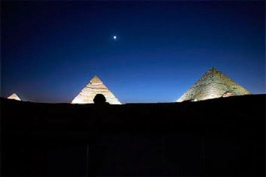 صور للقمر والنجوم, القمر فوق الأهرامات , صور القمر والشمس